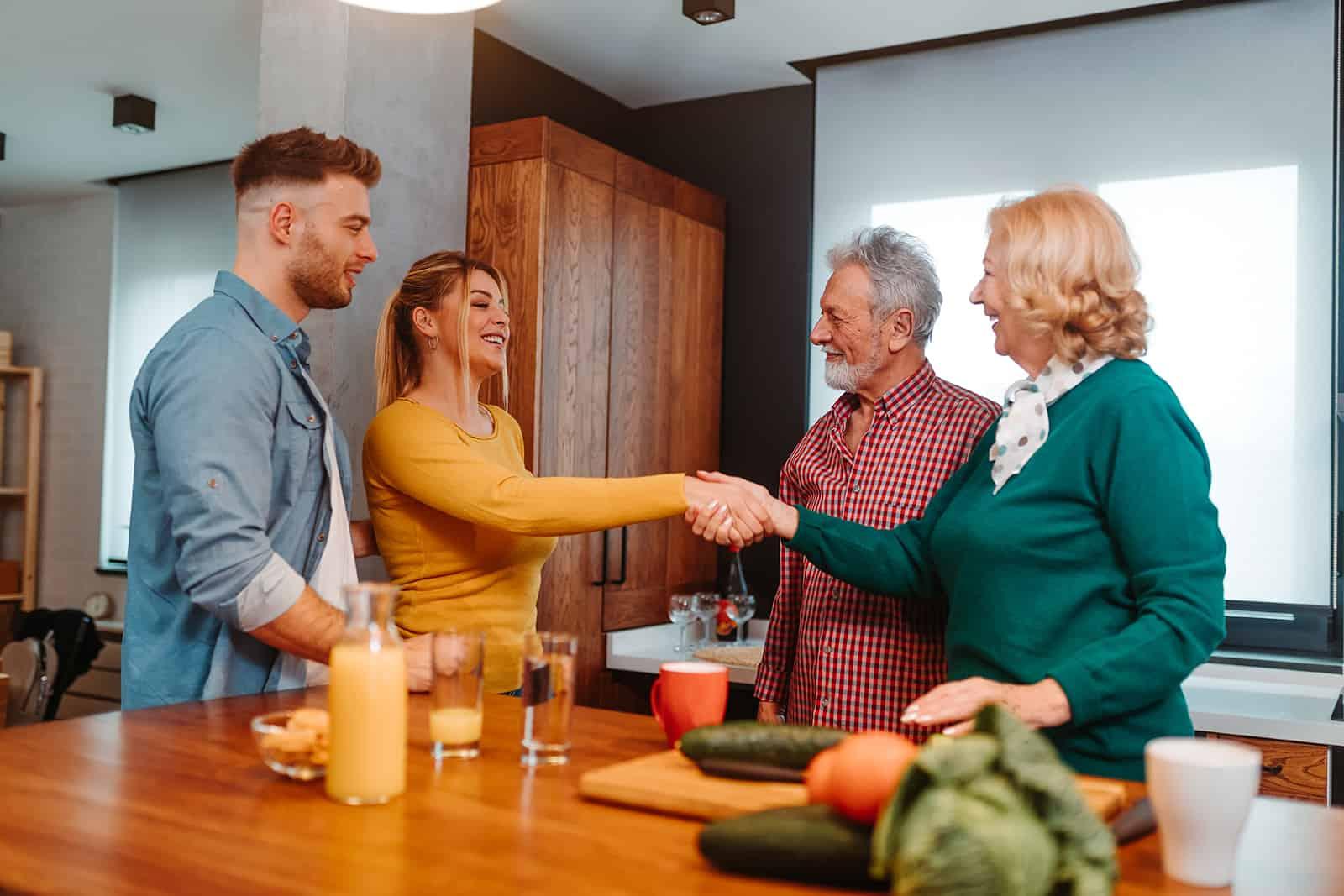 un homme présente sa petite amie à ses parents à la maison