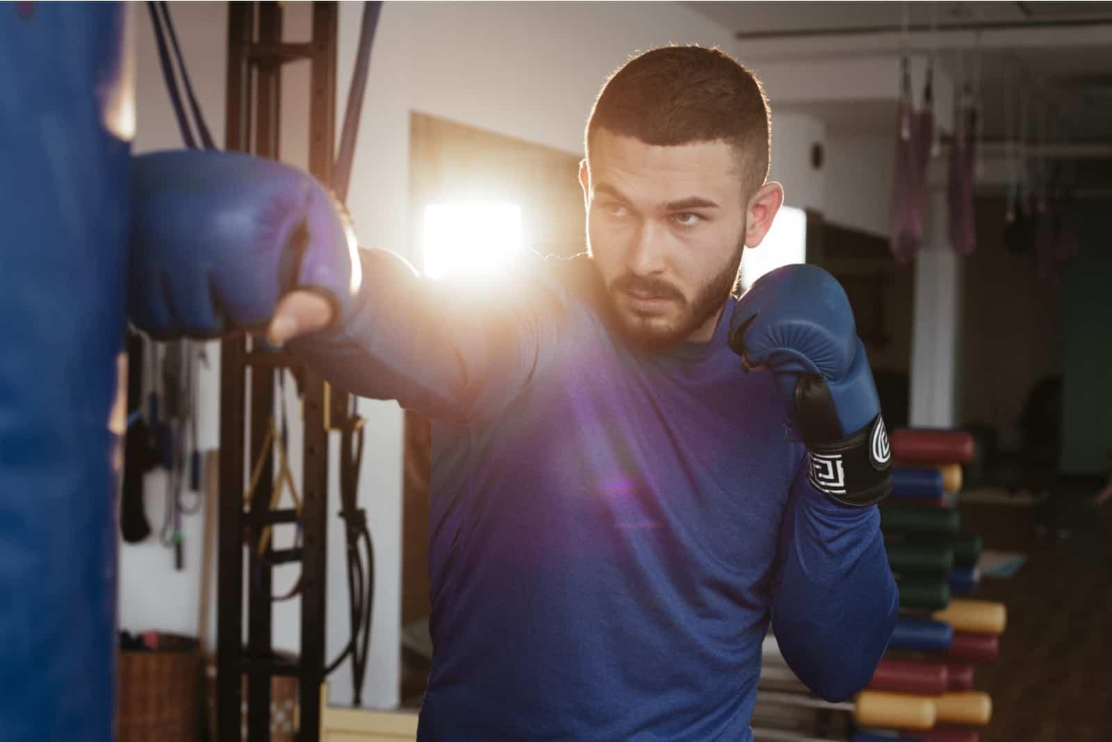 un homme s'entraîne au kickboxing