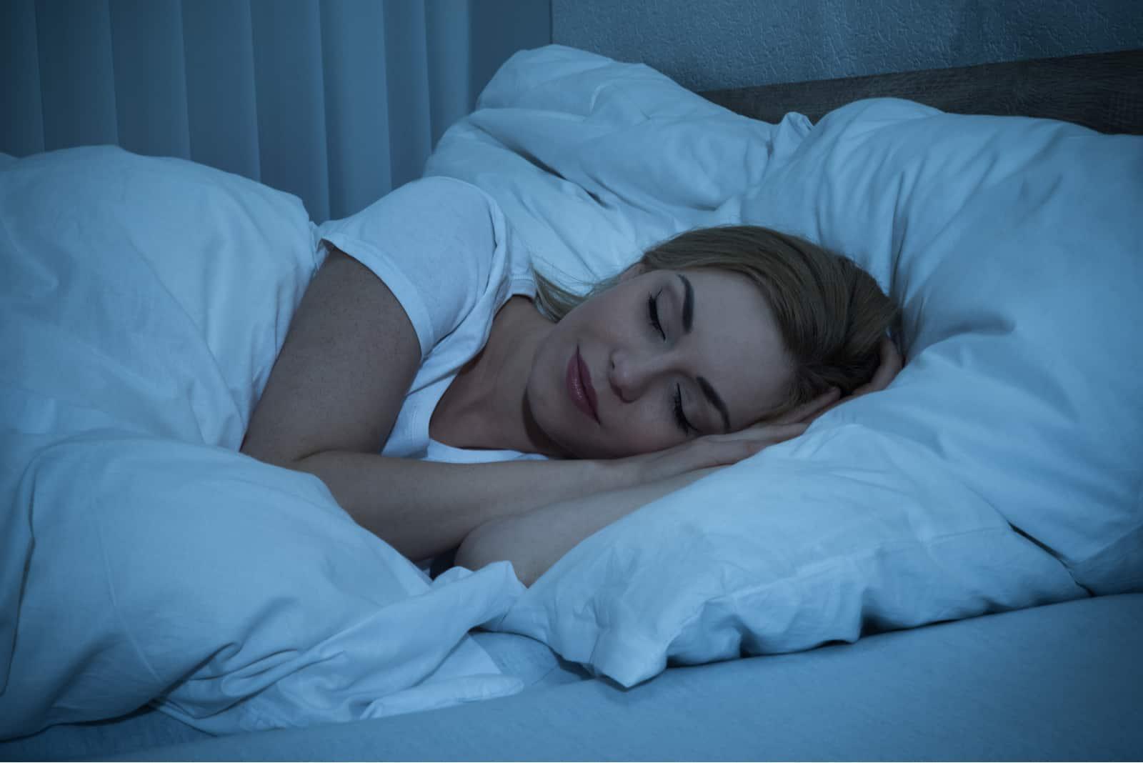 une femme aux longs cheveux blonds dans un sommeil profond
