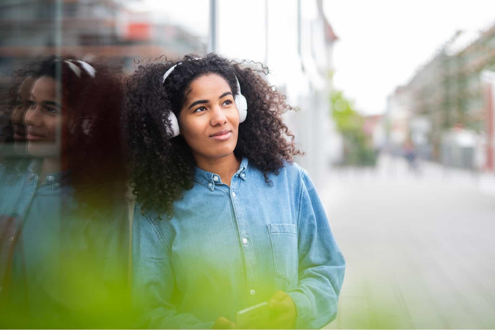 une femme imaginaire avec des cheveux crépus et des écouteurs sur ses oreilles