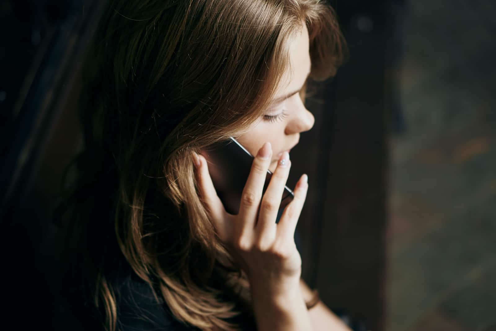 une femme qui parle au téléphone
