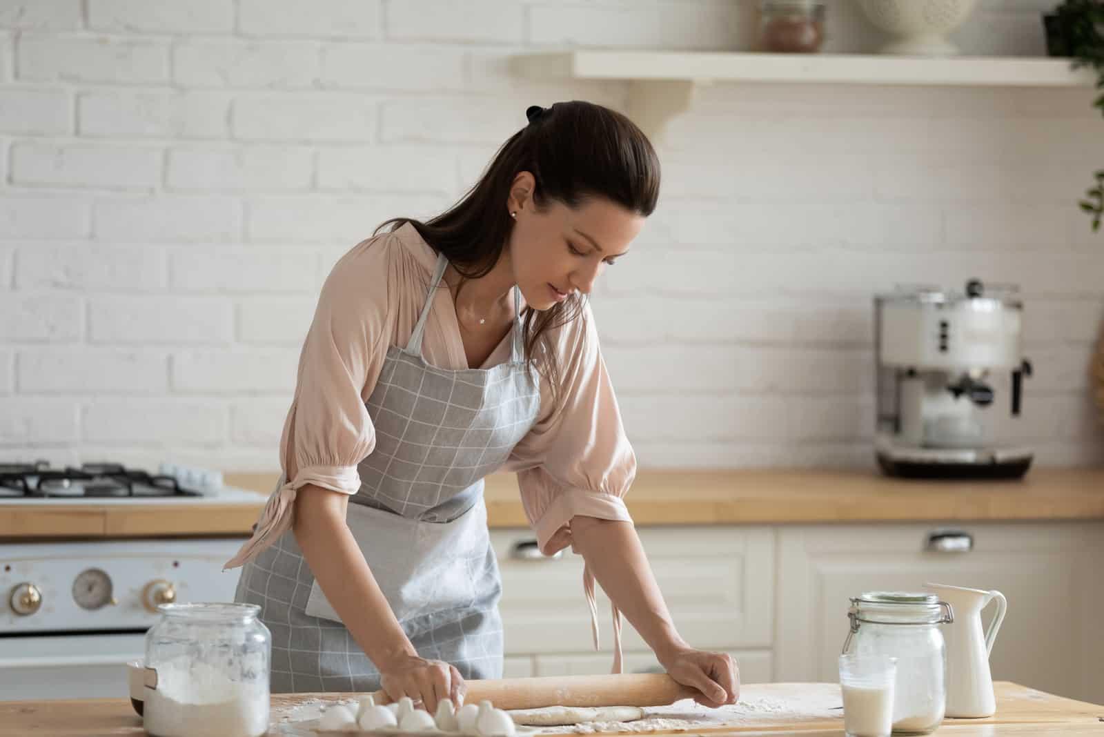 une femme sérieuse cuisine