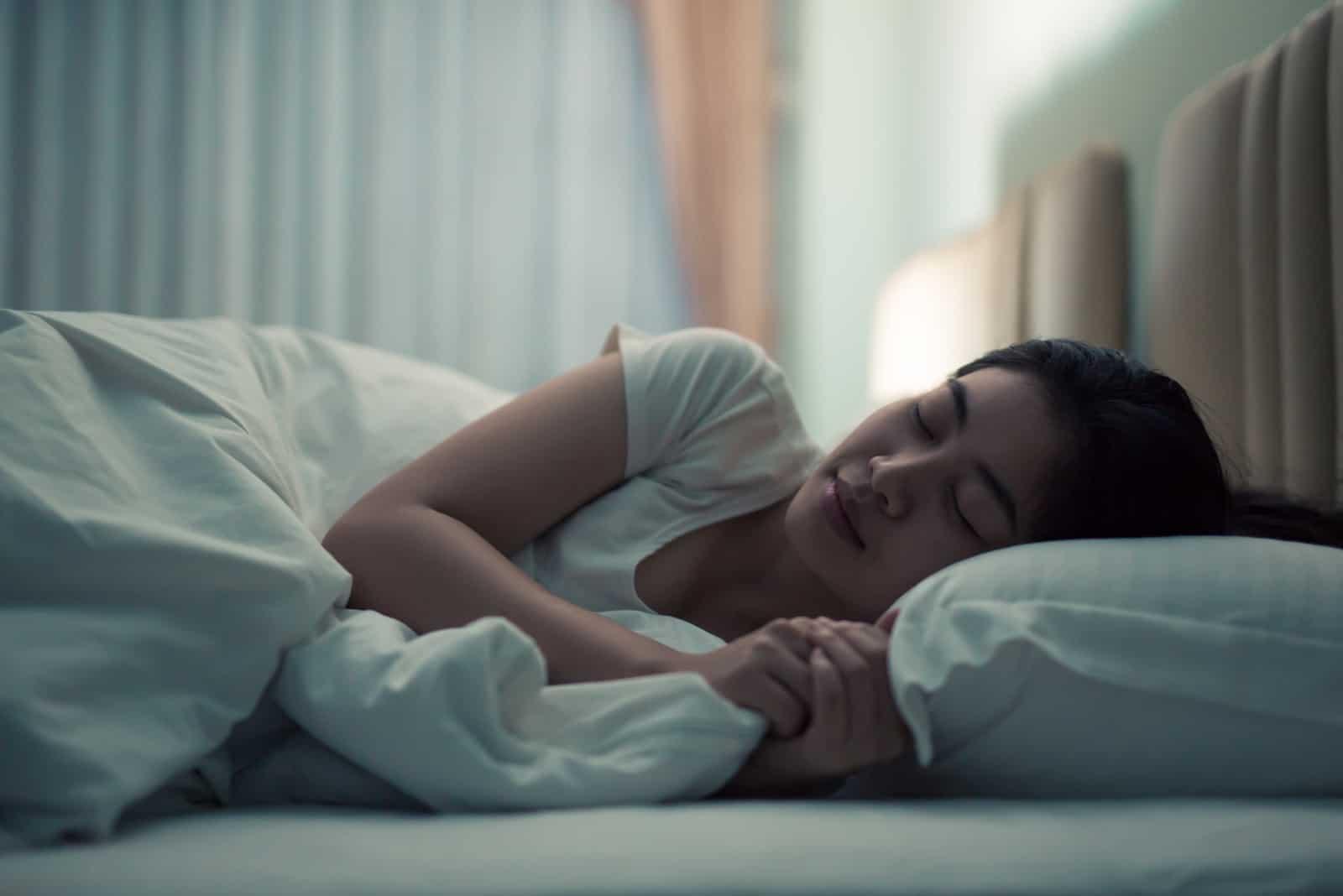 une jeune fille dort dans son lit