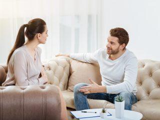 couple assis sur le canapé à parler