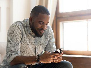 homme tenant un message texte smartphone