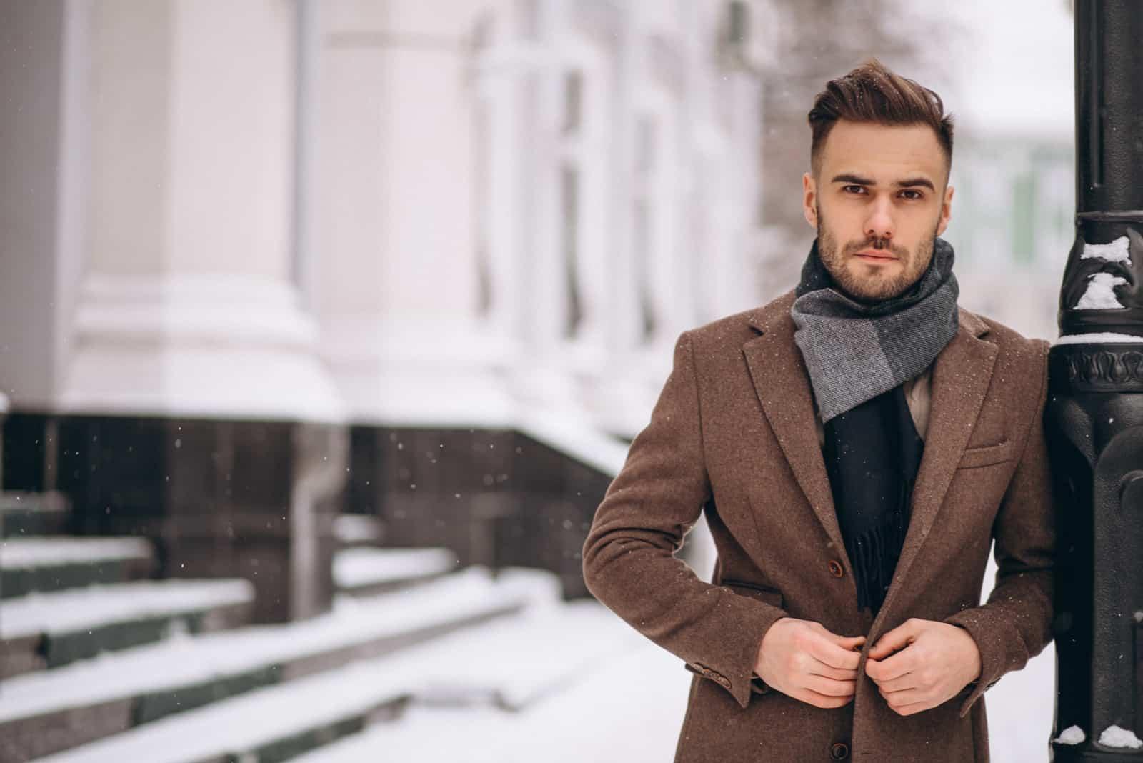 Beau jeune homme d'affaires à l'extérieur en hiver