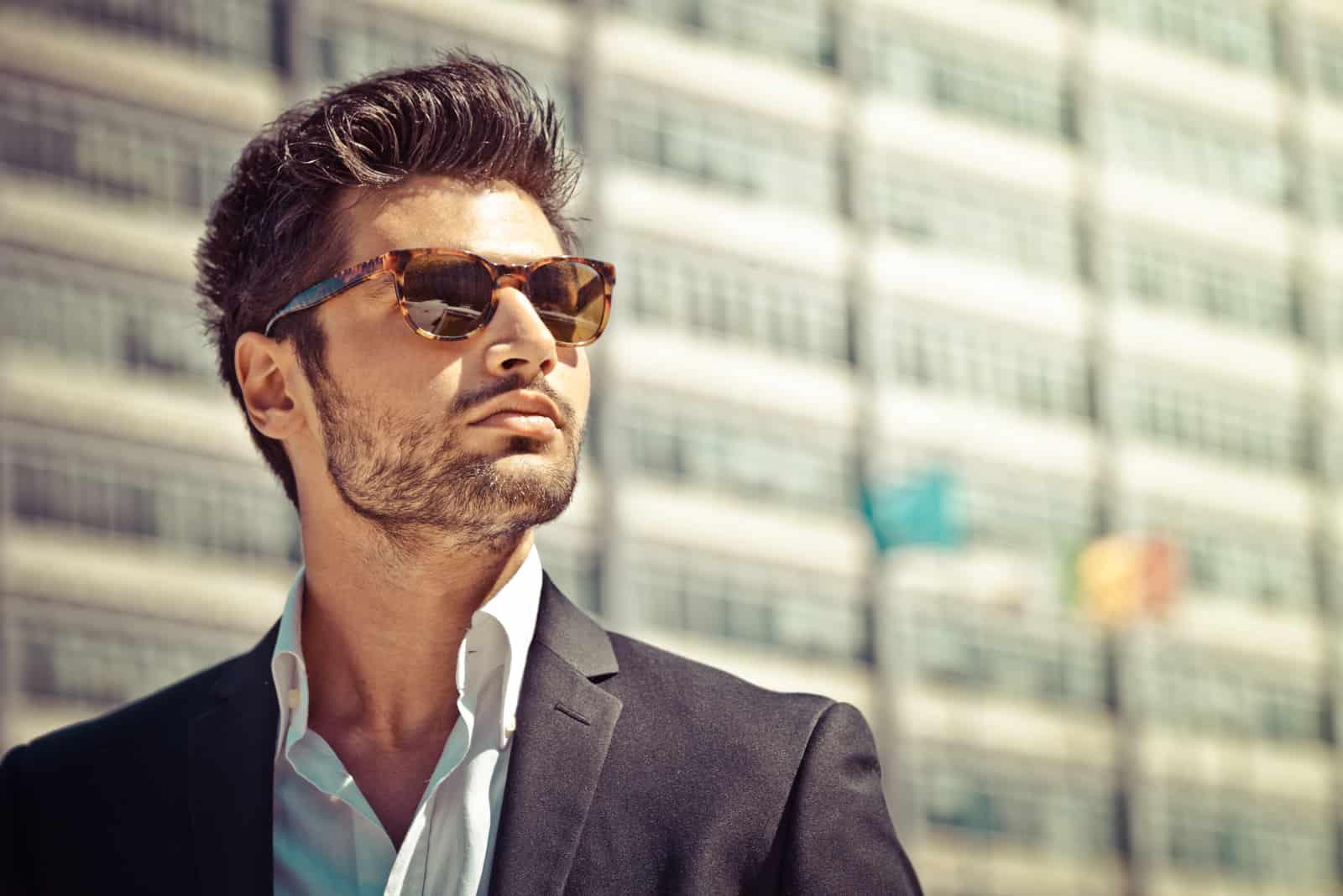 Bel homme d'affaires avec des lunettes de soleil