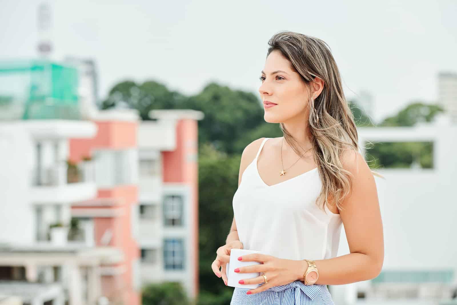 Belle jeune femme debout à l'extérieur