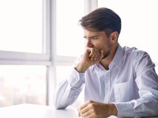 jeune homme inquiet assis et pensant