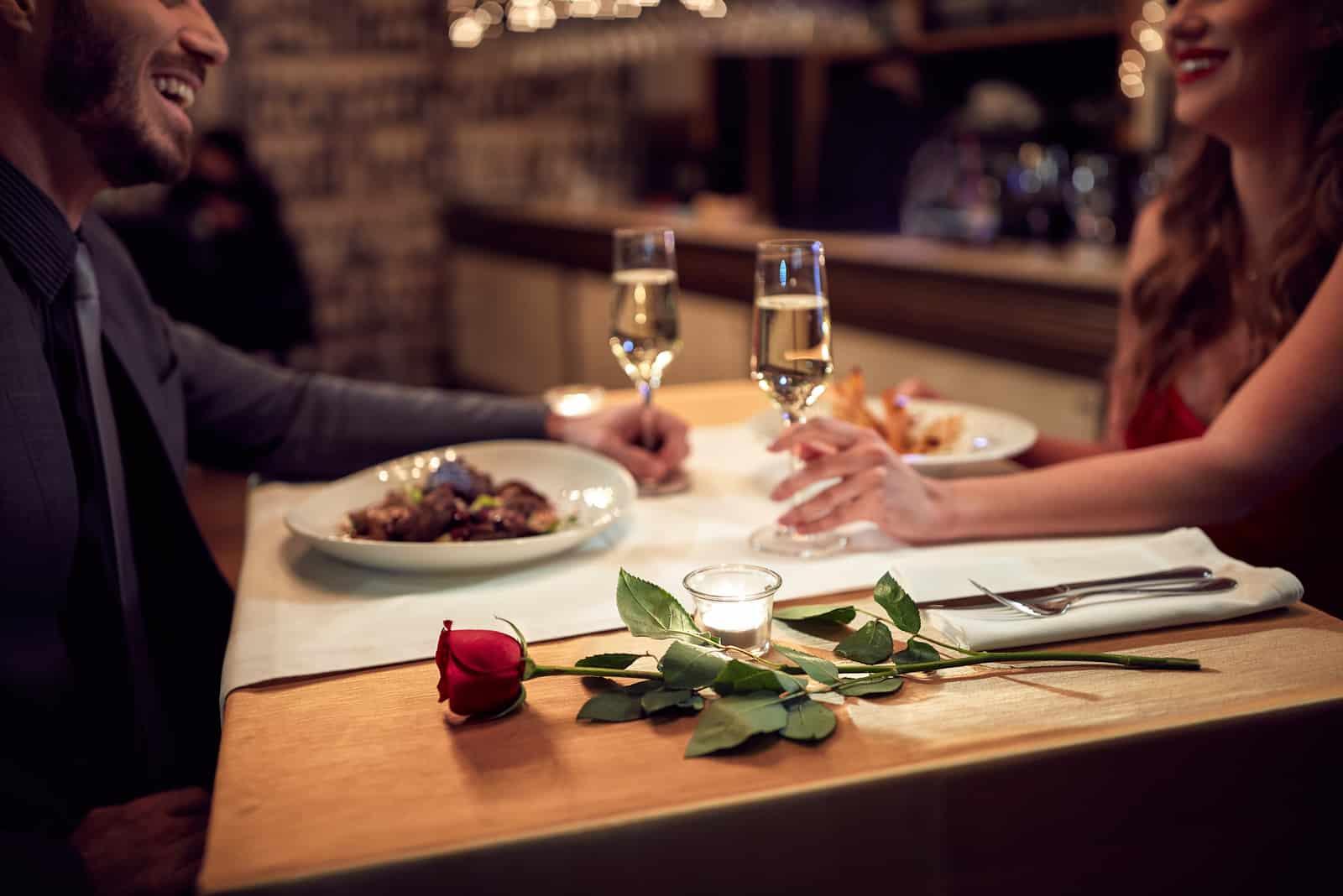 Couple a une soirée romantique au restaurant
