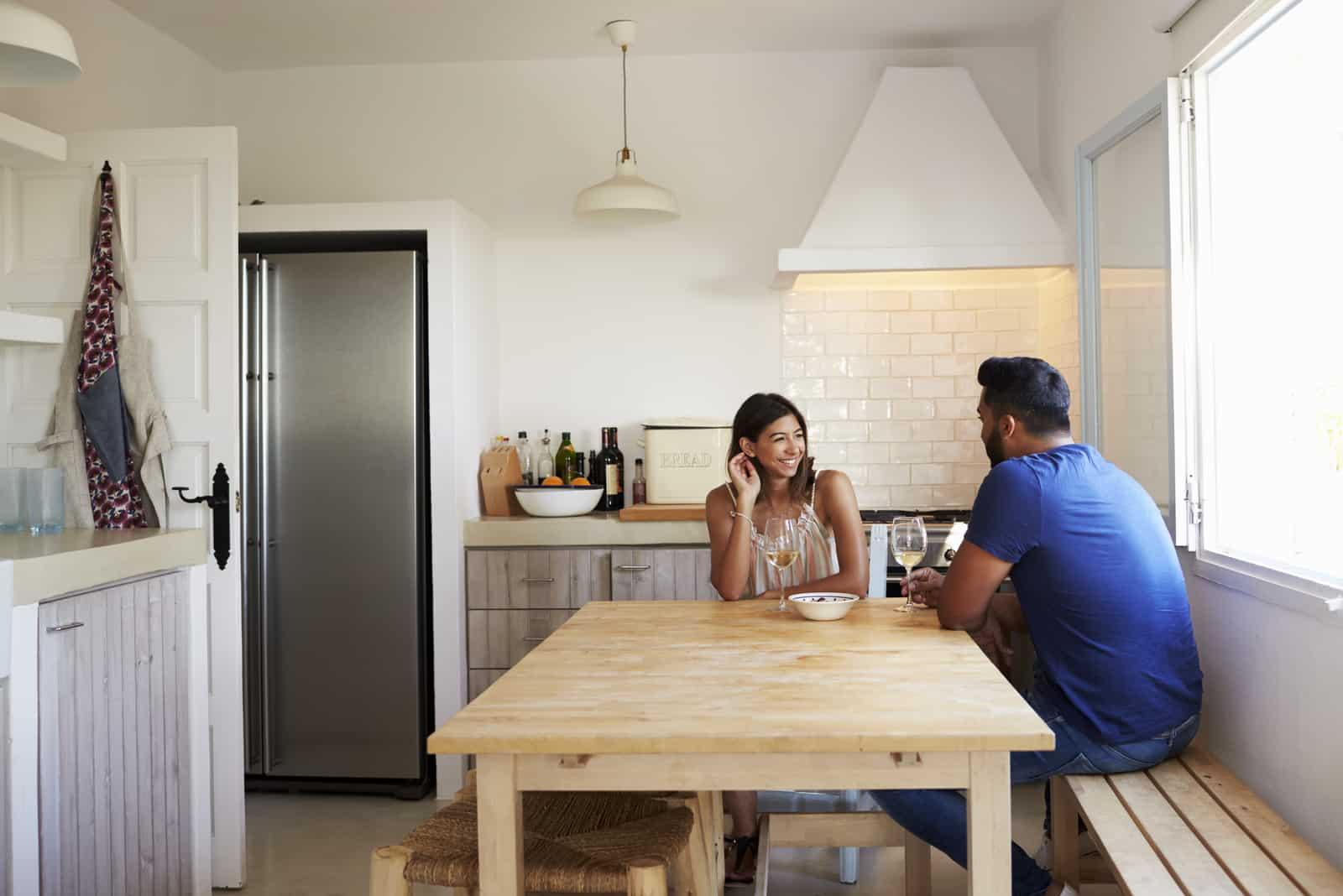 Couple adulte parle dans la cuisine