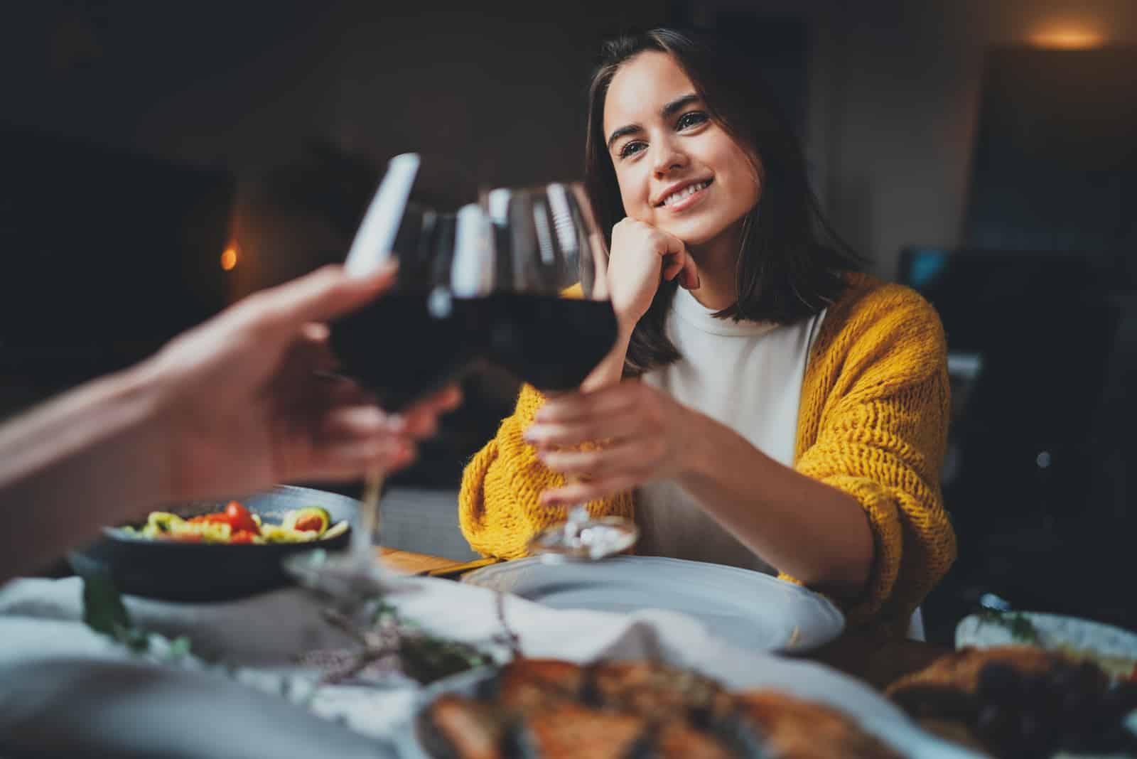 Couple romantique datant la nuit au restaurant