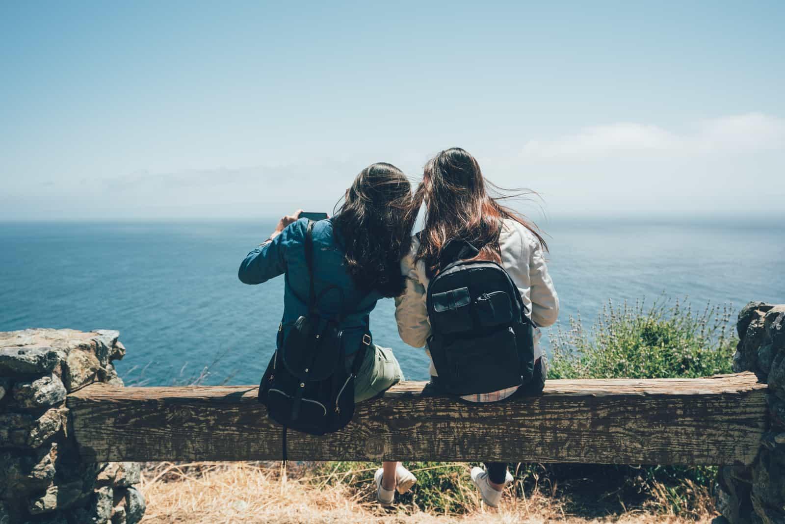 Deux amis routards assis sur un banc en bois