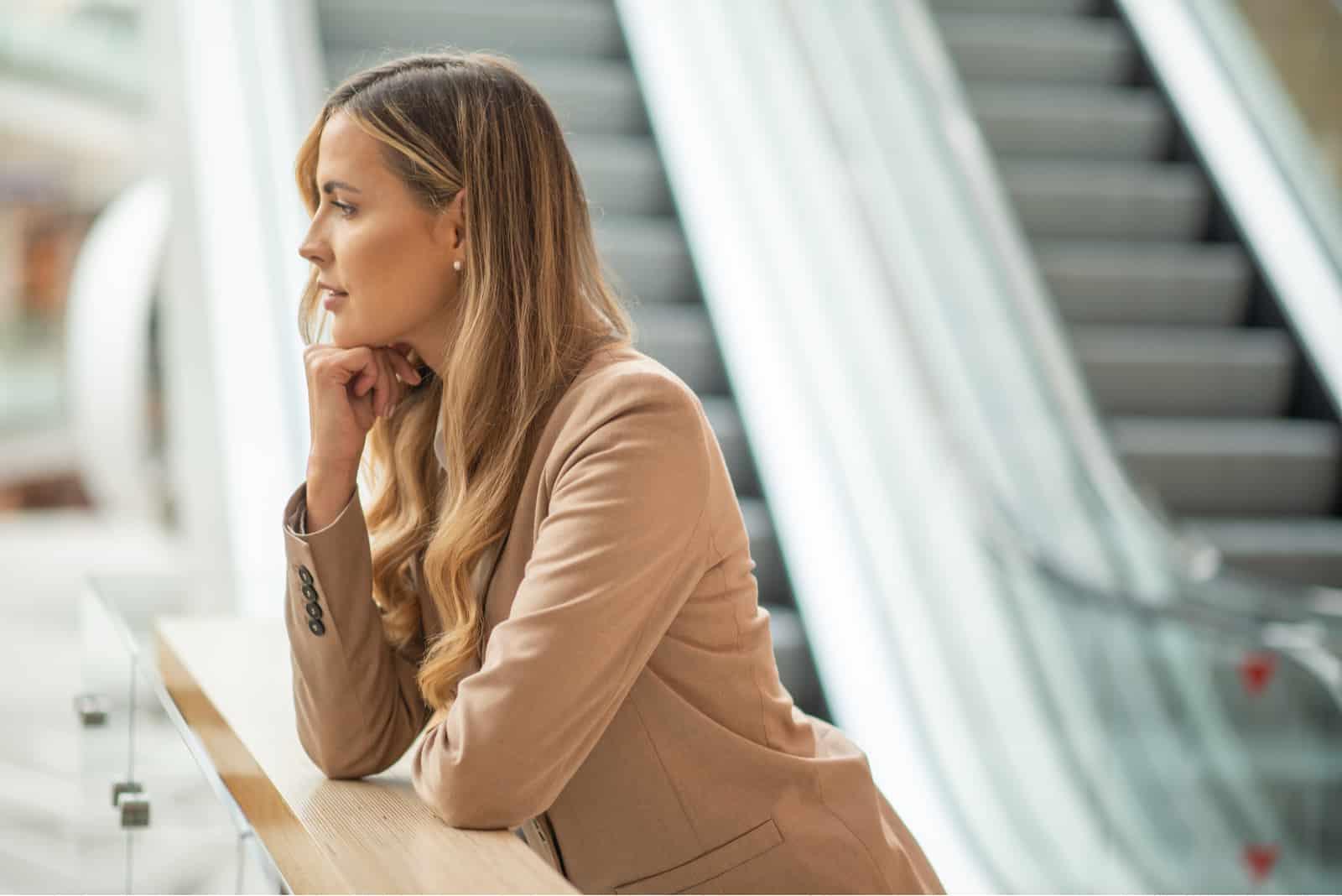 Femme affaires attente et réflexion