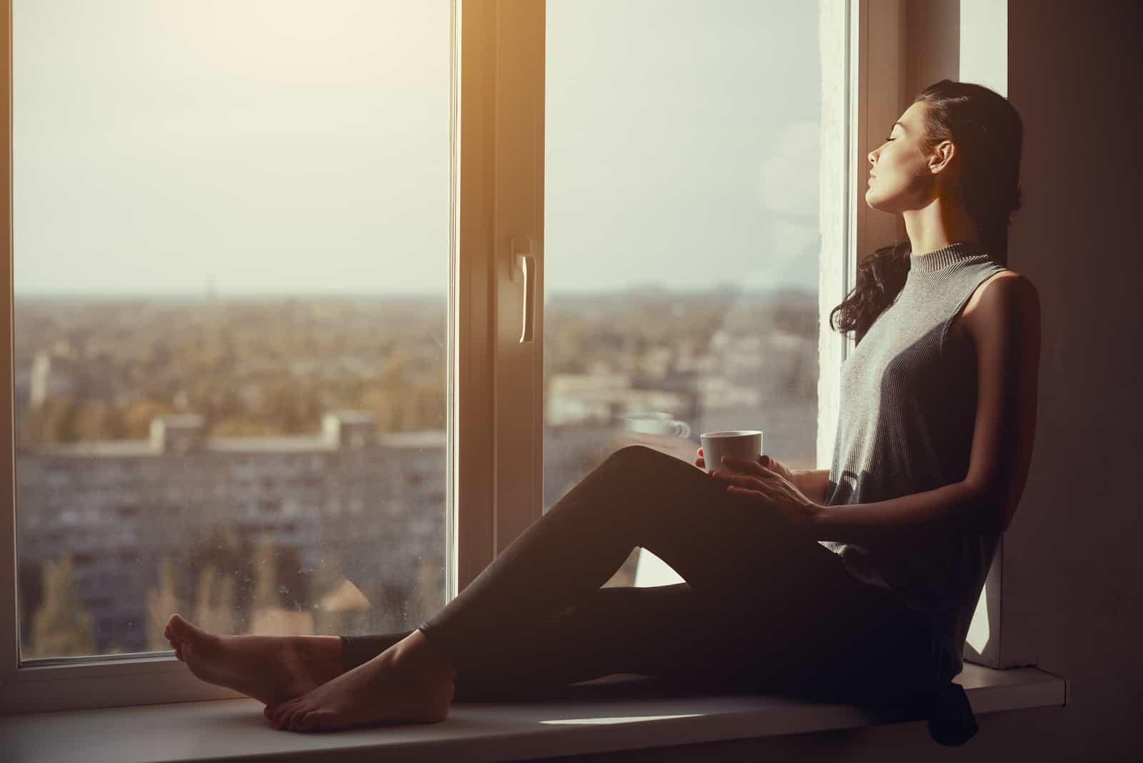 Femme au repos et à la pensée avec les yeux fermés