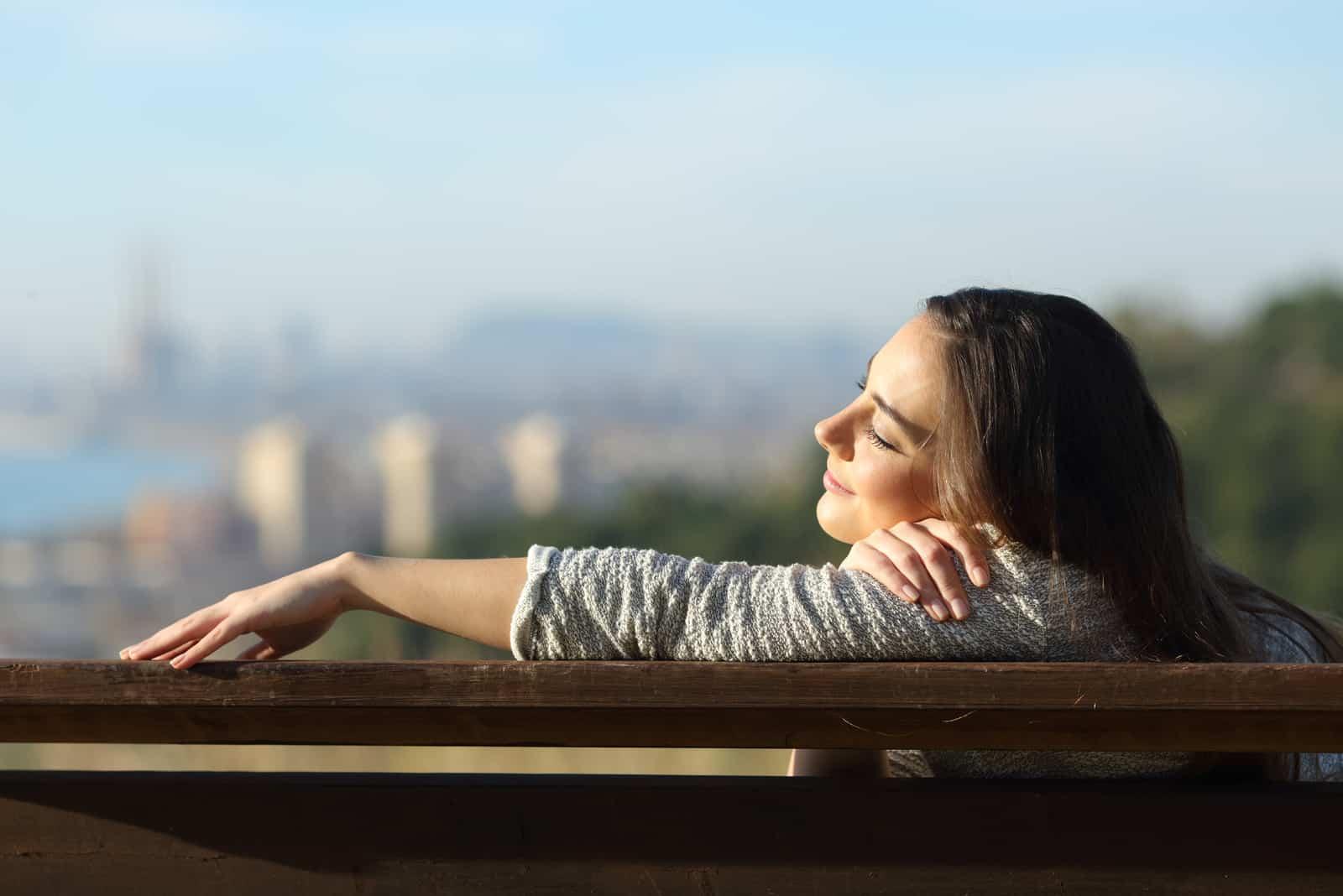 Femme détendue reposant assis sur un banc