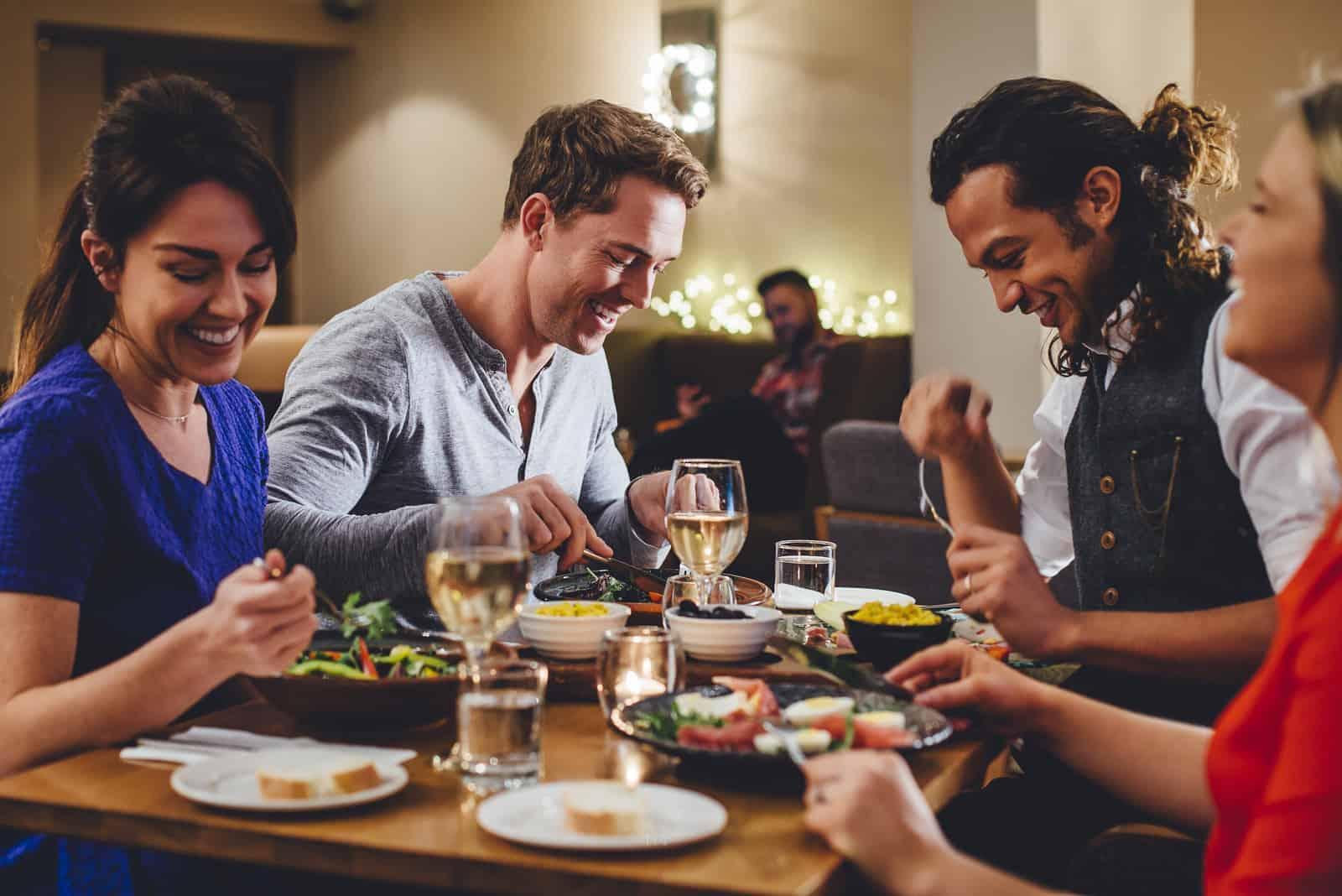 Groupe d'amis bénéficiant d'un repas du soir