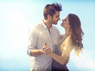 homme et femme dansant