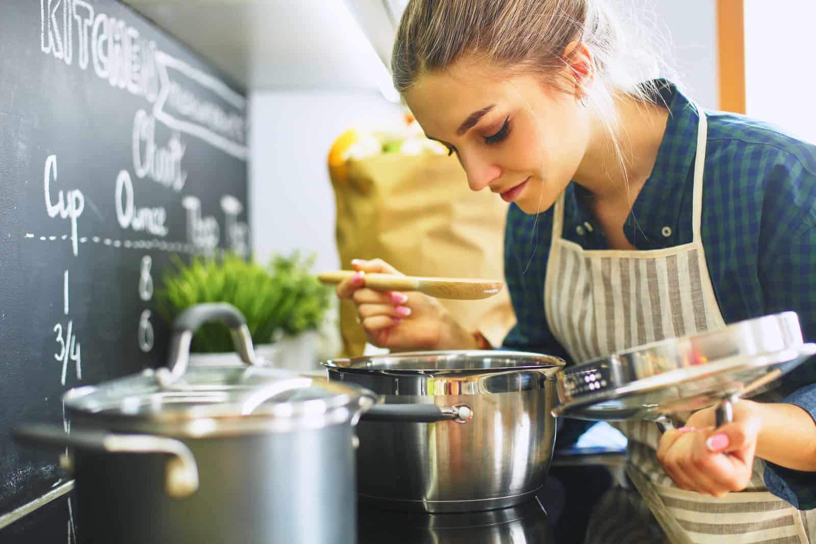 Jeune femme cuisine dans elle cuisine