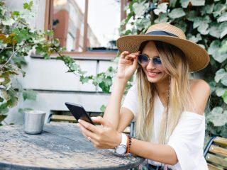 fille élégante aux cheveux longs est assise sur la terrasse