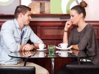 homme et femme parlant au café