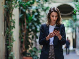 une femme imaginaire debout dans la rue et un bouton sur le téléphone