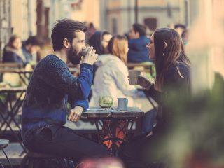 Couple de boire du café dans la vieille ville de Stockholm