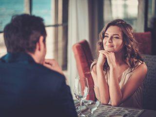 Beau couple dans un restaurant