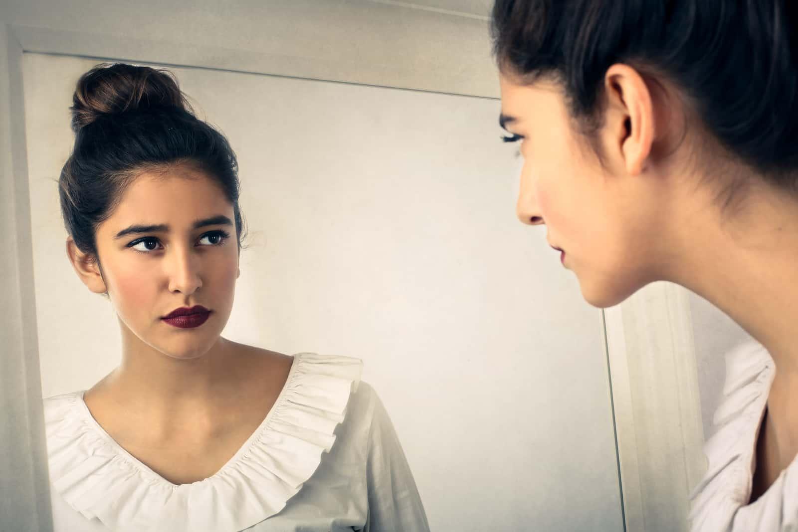 Regardant dans le miroir