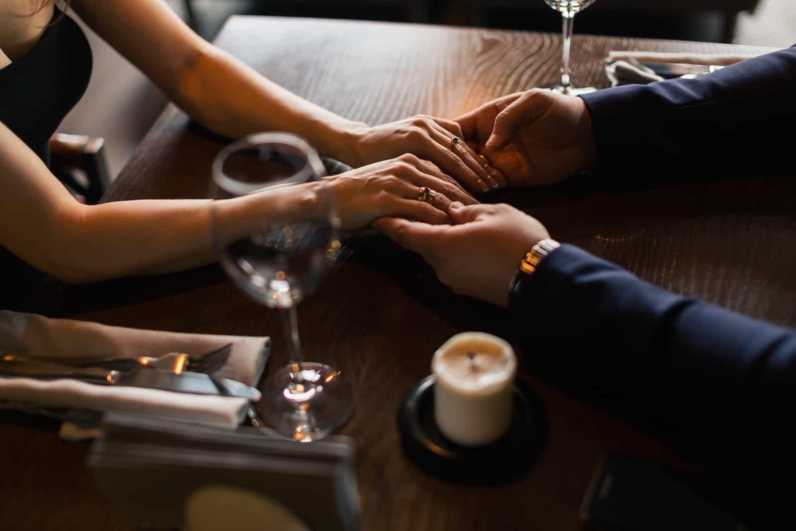 Restaurant romantique le soir pour la Saint-Valentin