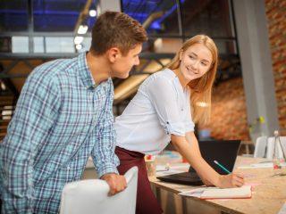 jeune femme travaillant avec l'homme dans un studio moderne