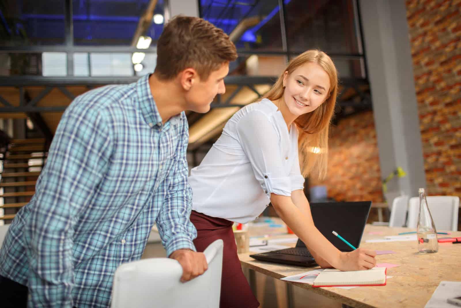 Flirter avec un collégue de boulot - Trucs De Nana