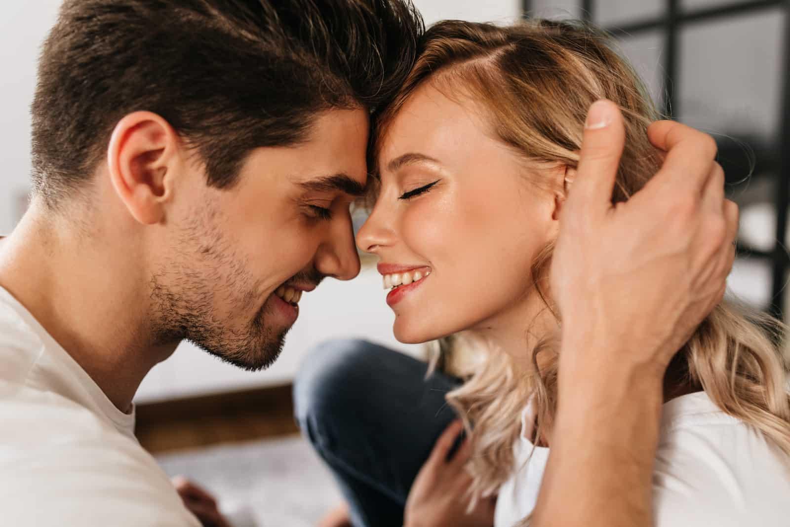 beau couple amoureux câlins à la maison
