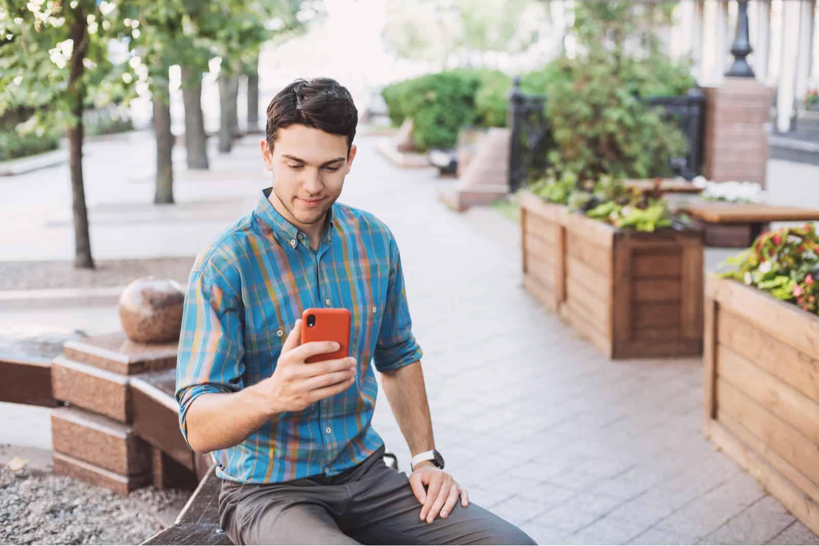 bel homme d'affaires à l'aide de smartphone dans une ville