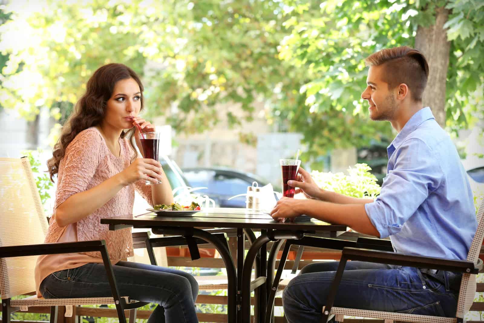 couple flirtant sur la terrasse d'été du café