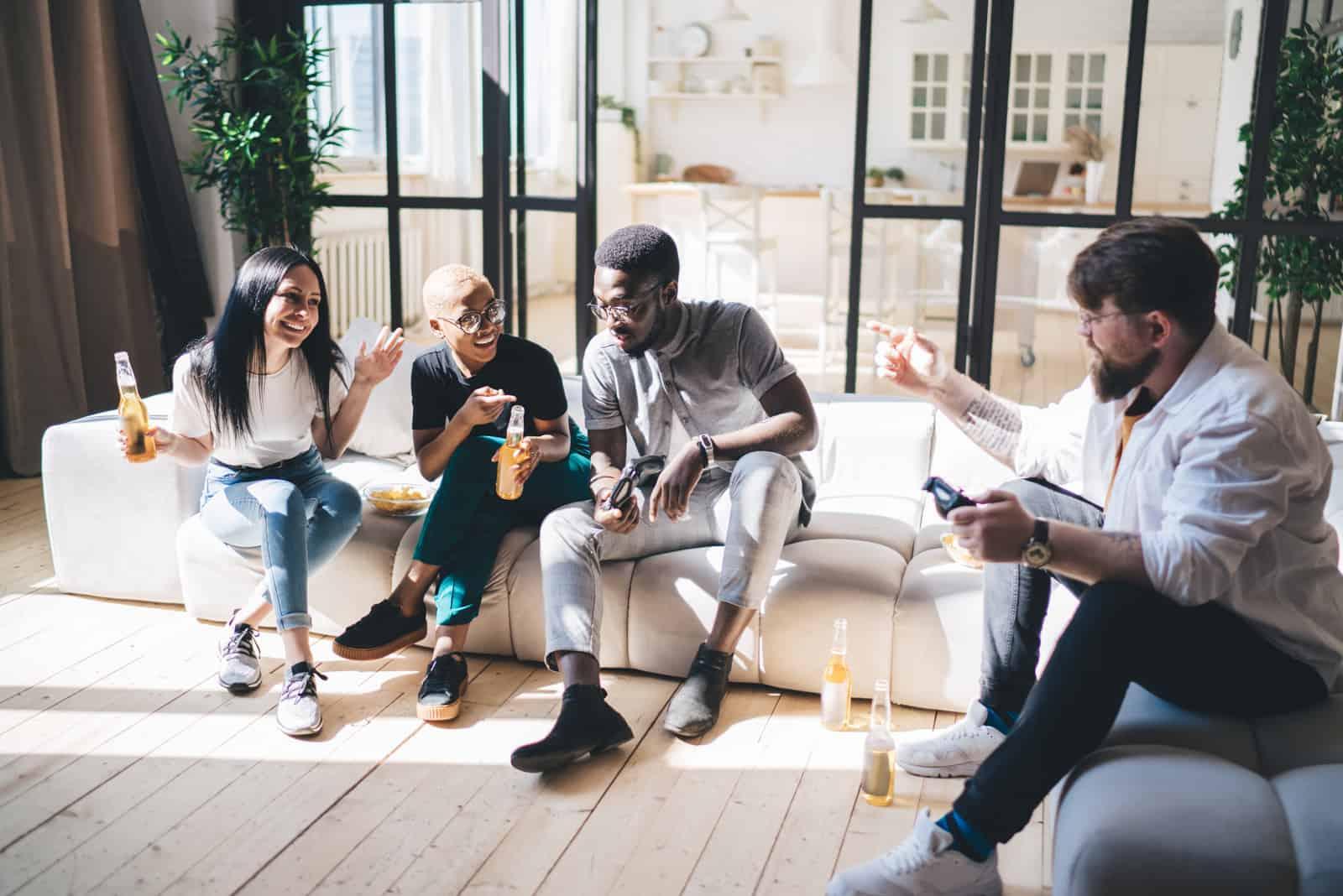 des amis s'assoient dans la maison et parlent