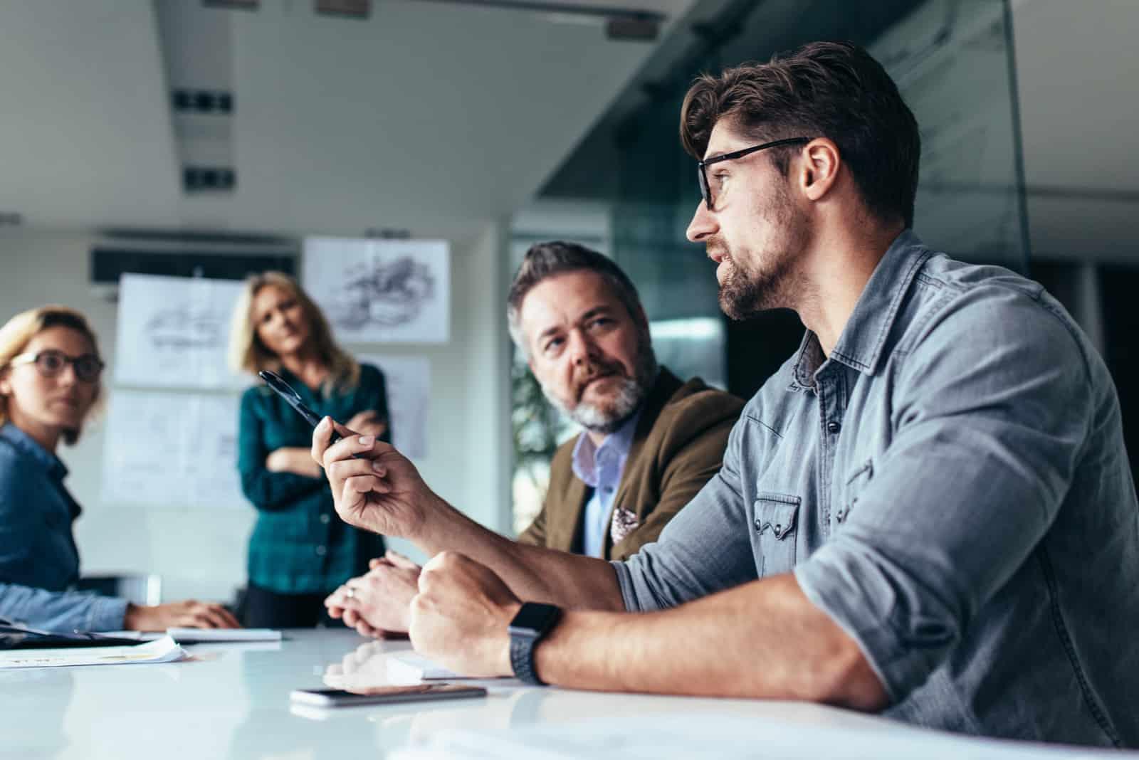 deux hommes parlant à deux femmes au bureau