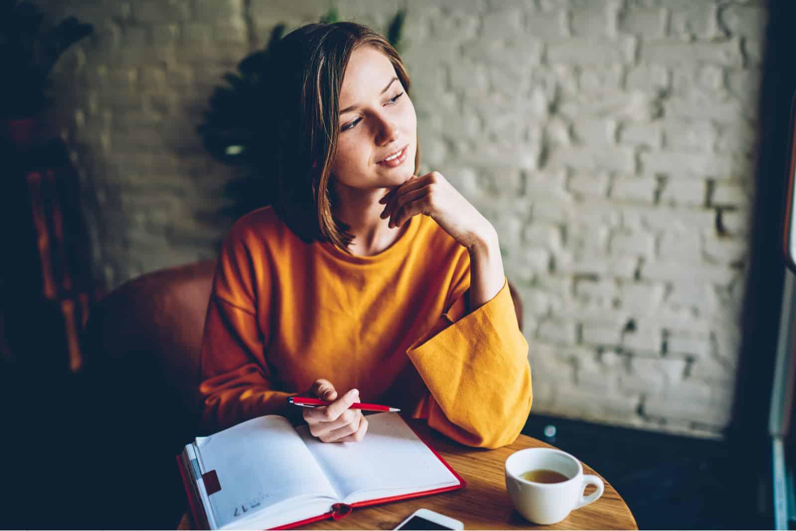 étudiant avec coupe de cheveux courte rêvant d'écrire des plans