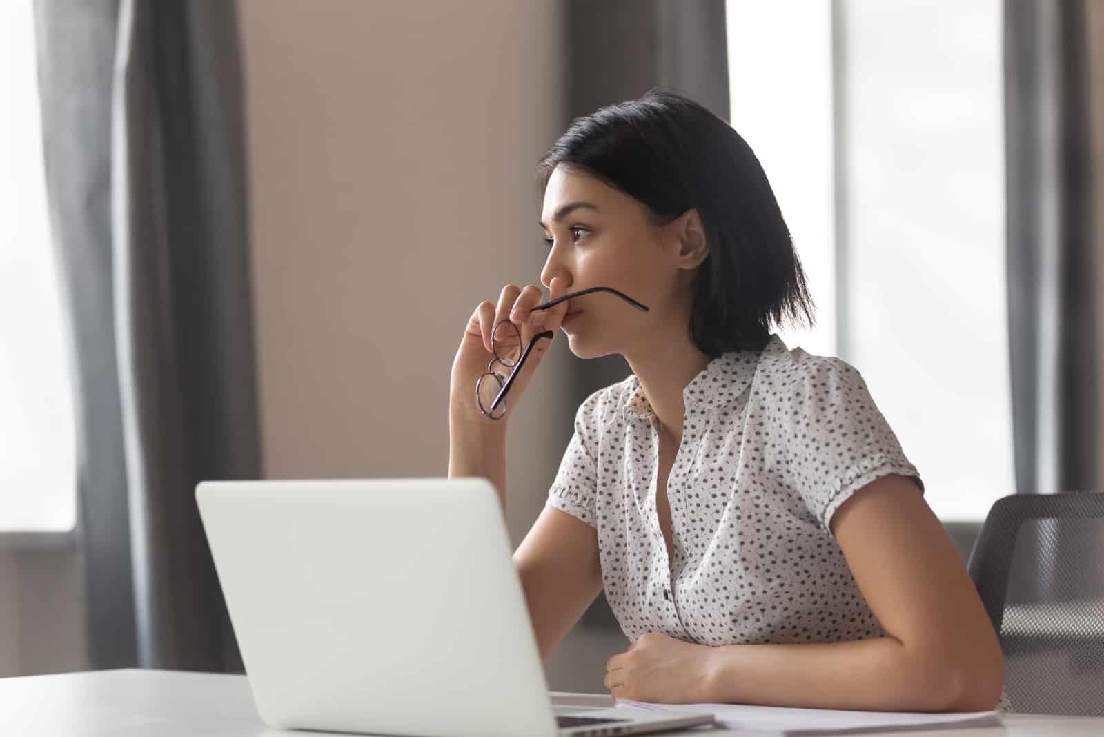 femme affaires regarder loin penser résoudre problème