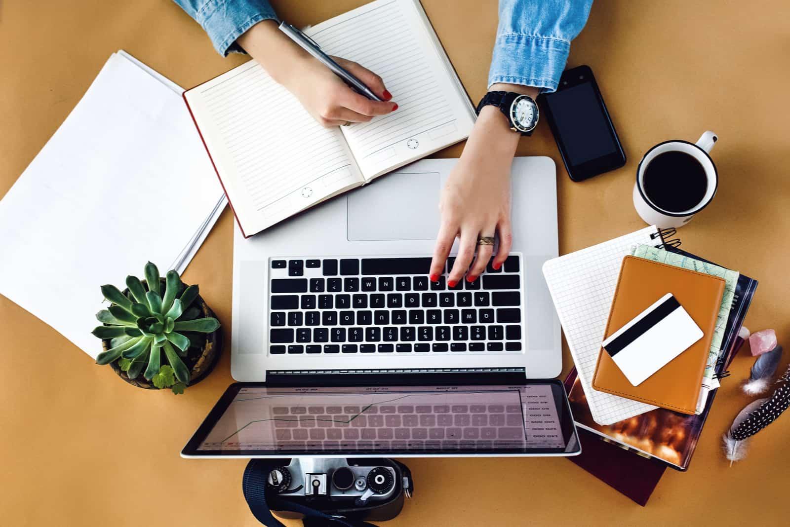 femme assise et bouton derrière un ordinateur portable