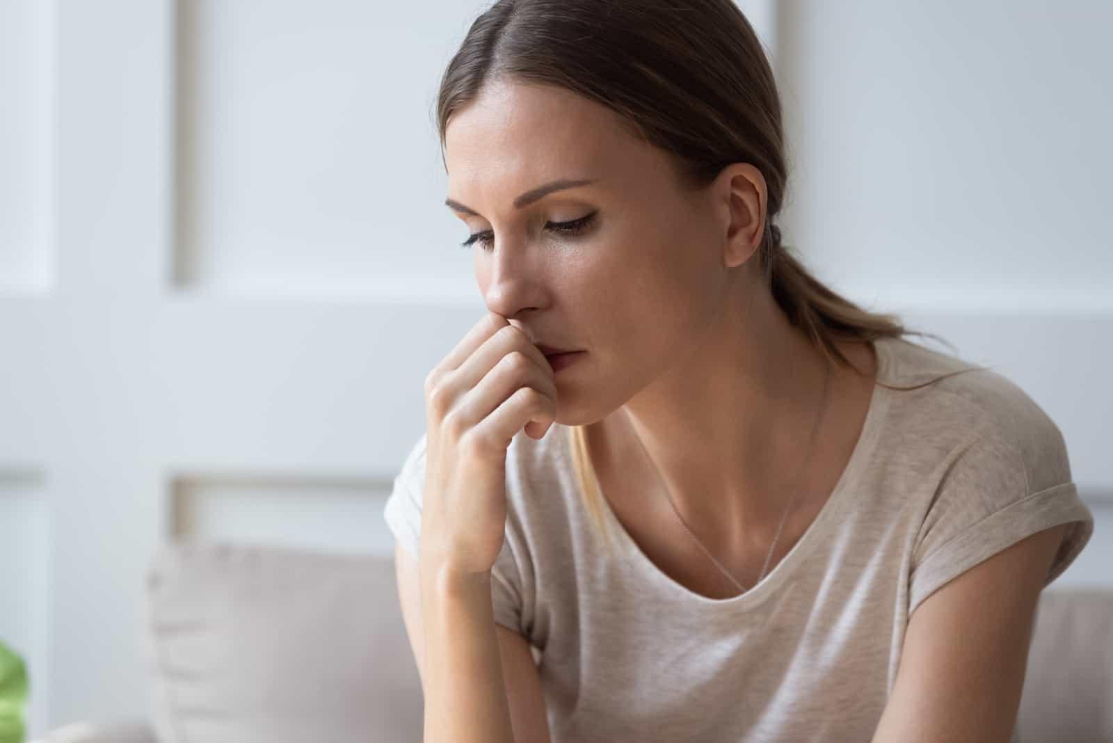 femme assise seule en pensant aux relations problèmes personnels