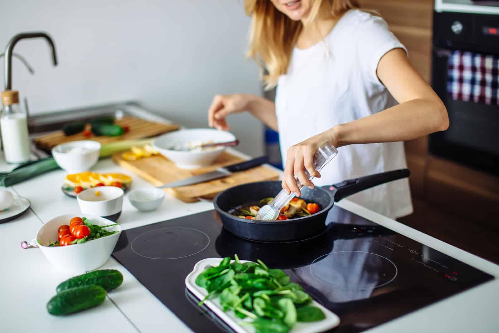 femme blonde cuisine dans la cuisine