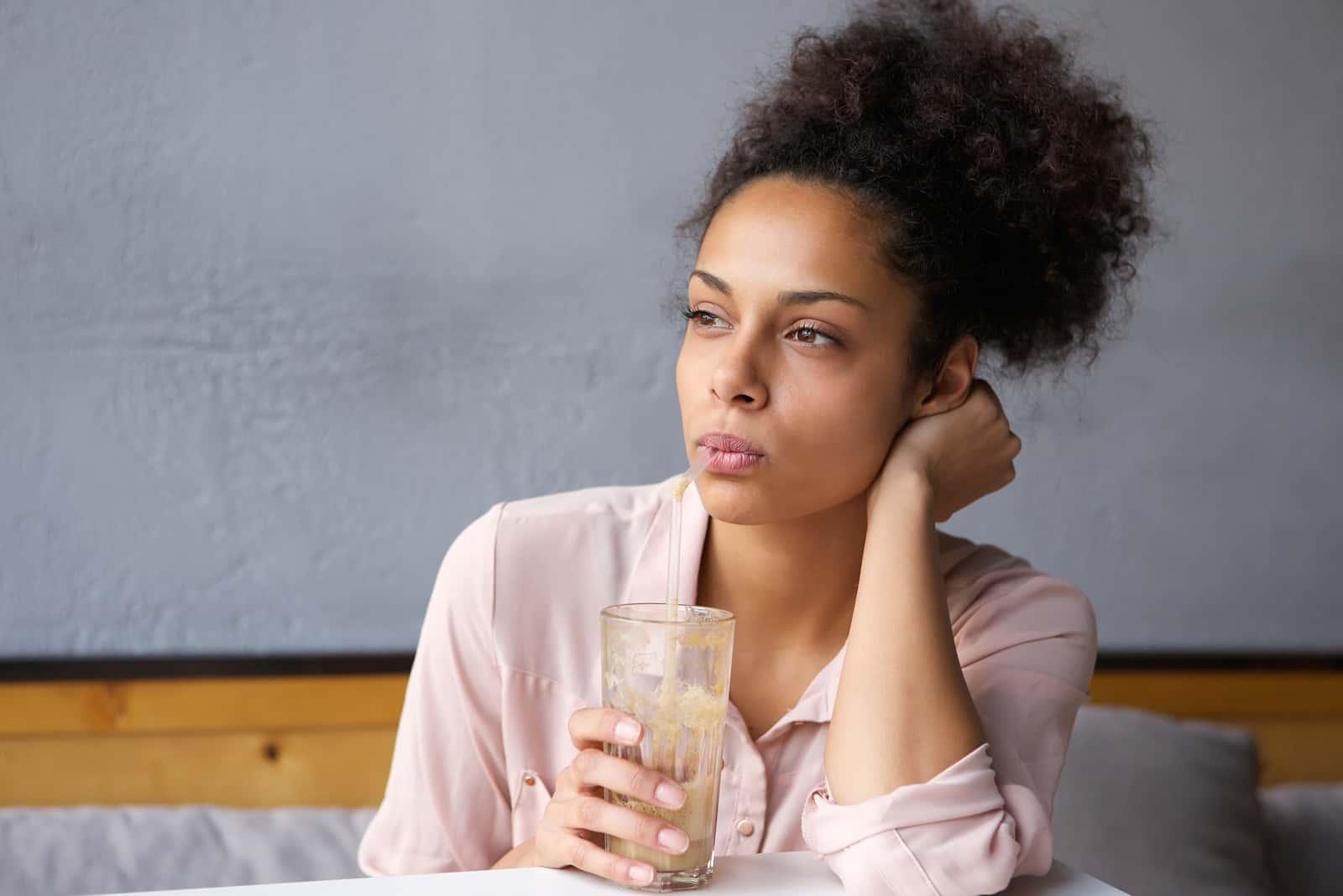 femme buvant milkshake