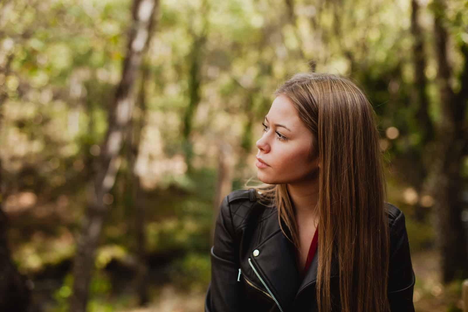 femme dans une belle forêt en automne