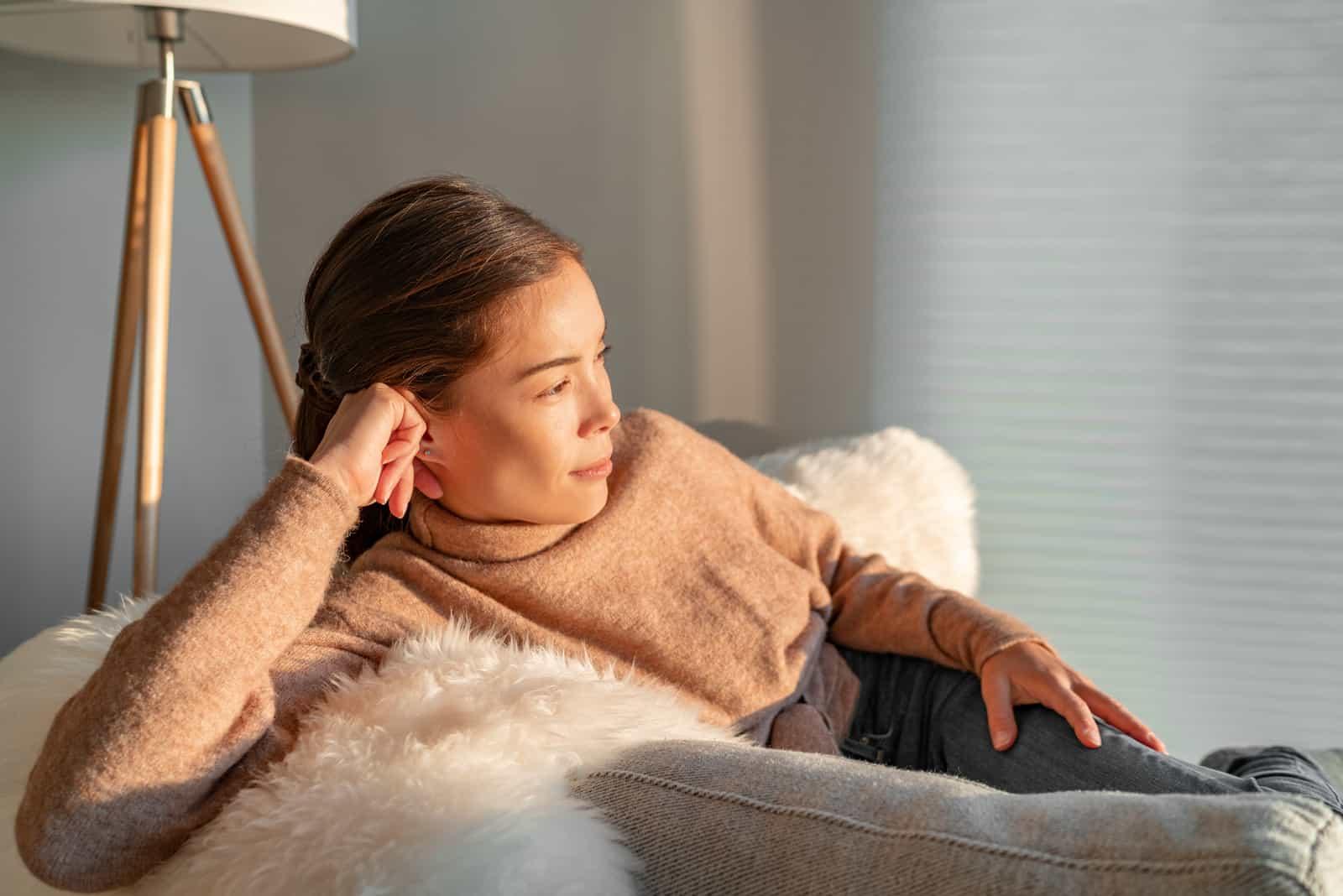femme détente pensive regardant par la fenêtre