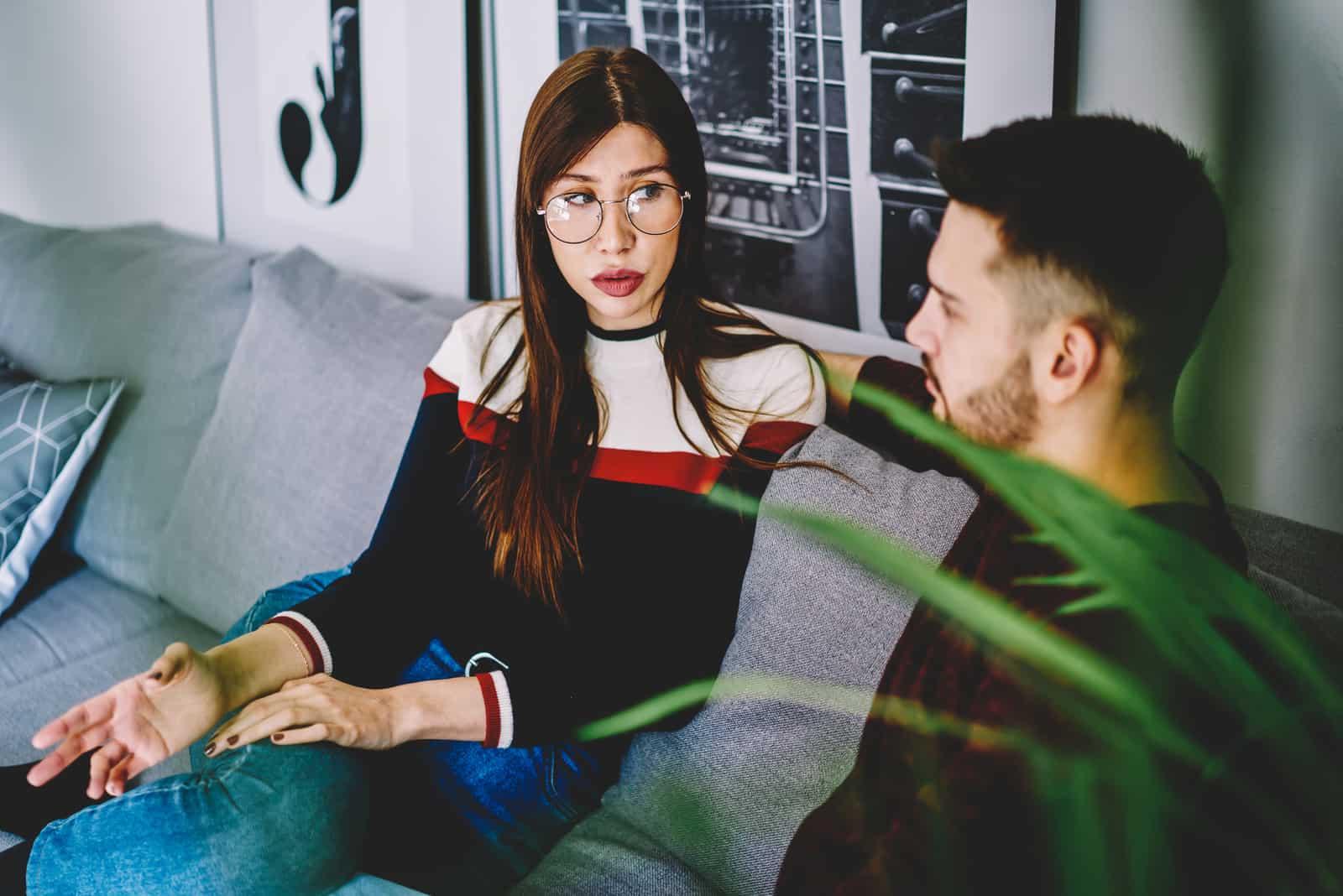femme regardant son petit ami discuter
