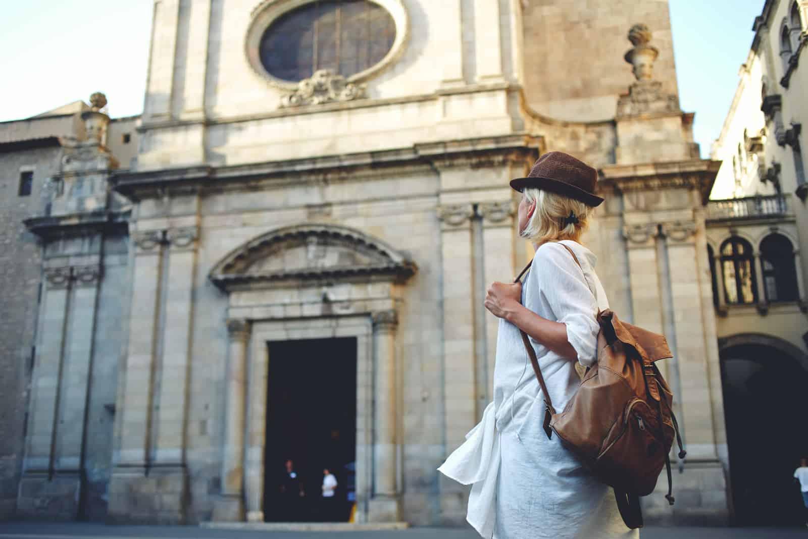 femme voyageur avec un sac à dos sur son épaule