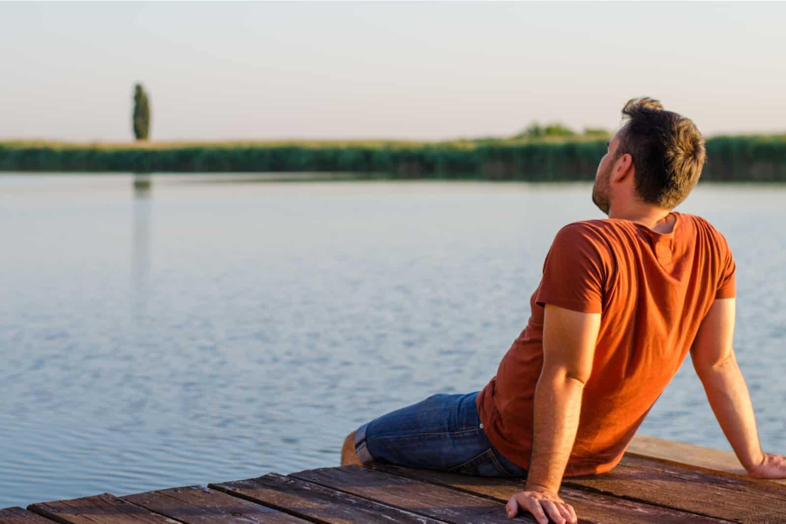 homme assis se détendre et profiter de la vue sur la belle nature