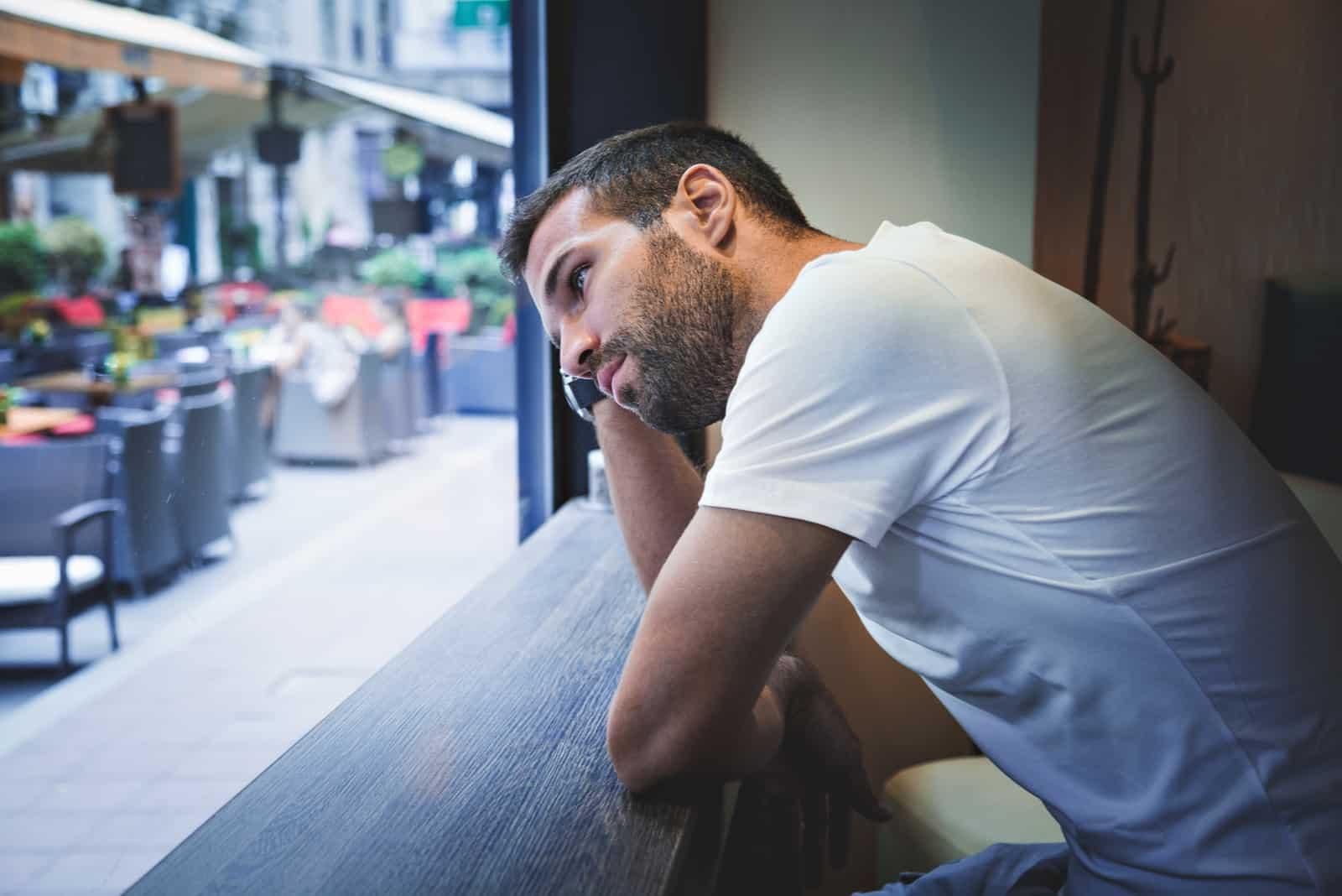 homme attentif à la recherche dans la rue du café
