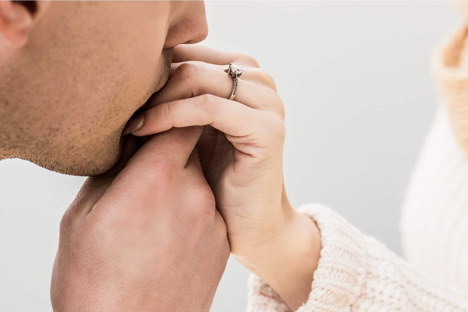 homme baisers main de femme